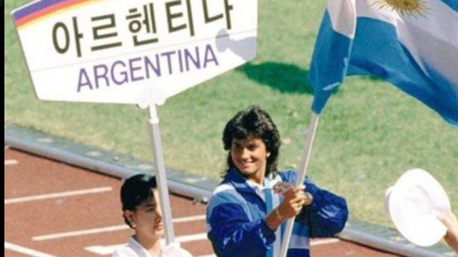 Gabriela Sabatini, desfilando en Seúl 88 con la bandera argentina.