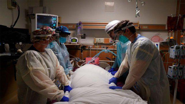 Retiran un paciente fallecido de Covid en una unidad de terapia intensiva en Los Angeles