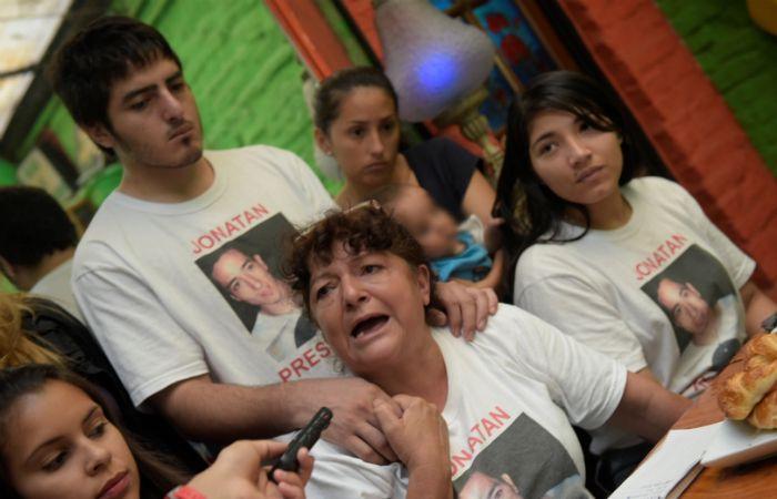 Los familiares cuestionan el accionar de agentes de la PAT que derivó en la muerte del joven de 22 años. (Foto: Sebastián Suárez Meccia / La Capital)
