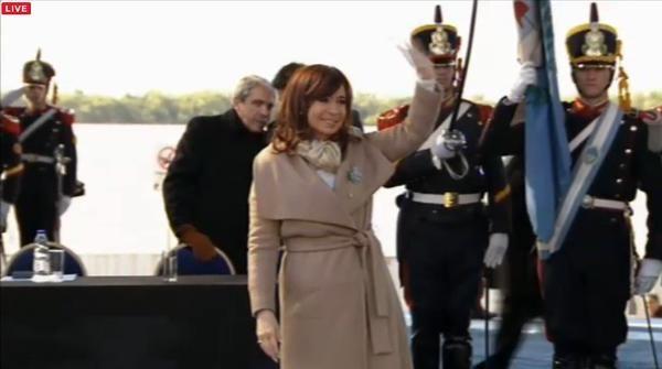 La presidenta junto al gobernador. Recibe el nombramiento de húesped de honor.