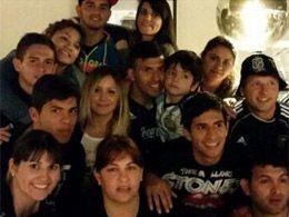 El Kun Agüero subió una foto con sus familiares que se sumaron al festejo. (Foto Twitter)