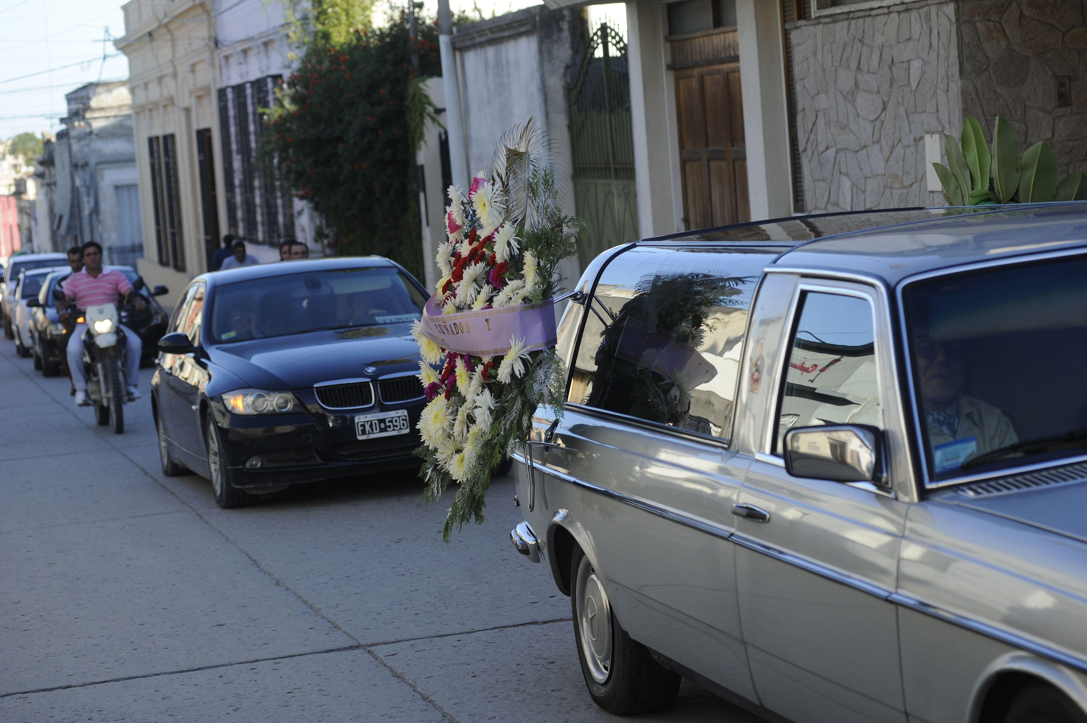 Cortejo. La caravana que acompañó a los restos de Iván Lacco. La imagen se reprodujo varias veces ayer.