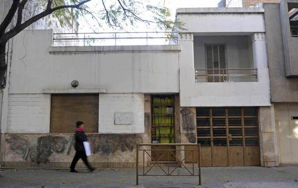 Persianas bajas. El jardín de Montevideo al 1800 fue blanco de pintadas en su frente y estuvo cerrado toda la semana.