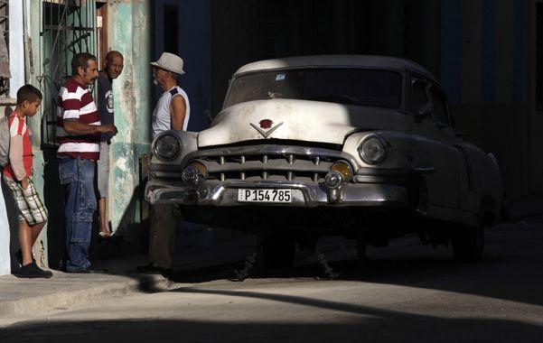 Nunca taxi. Un viejo Cadillac permanece parado en La Habana mientras su dueño busca piezas para repararlo.