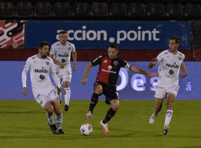 Categoría. Maxi pisa la pelota en el empate 1 a 1 con Sarmiento.
