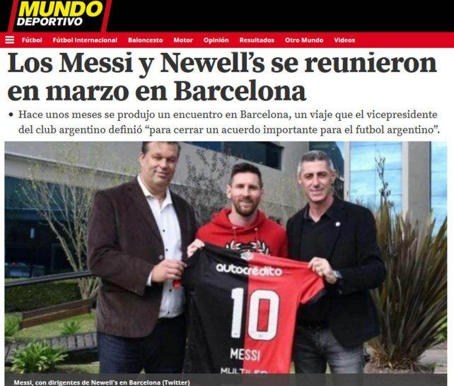 La camiseta leprosa. La nota de Mundo Deportivo tiene la foto de Messi junto a los dirigentes de Newells Juan JoséConcina y Cristian DAmico.