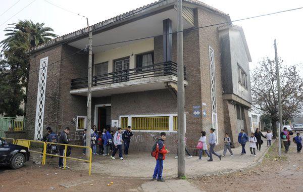 Docentes y padres reclaman por seguridad en la escuela de barrio moderno.