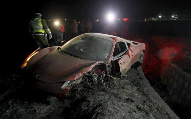 Así quedó la Ferrari del jugador chileno Arturo Vidal tras el choque.