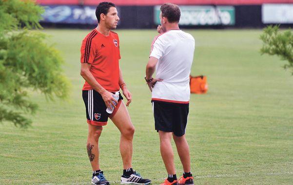 Capitán y entrenador. Maxi dialoga con Lucas Bernardi en la práctica en Bella Vista.