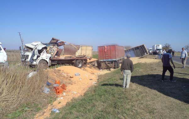 Triple choque. La carga de los camiones quedó en el terreno