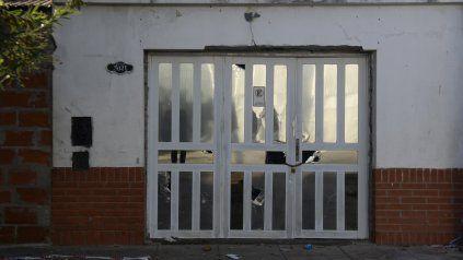 La vivienda en la que ocurrió el hecho lucía perforaciones en su portón.