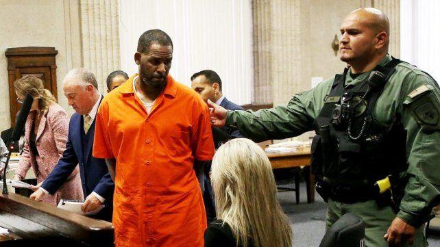 Una mujer acusó al cantante R. Kelly de mantenerla encerrada por días y abusar de ella
