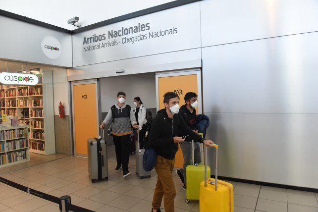 Los pasajeros acceden voluntariamente a realizarse un test rápido de detección del virus.