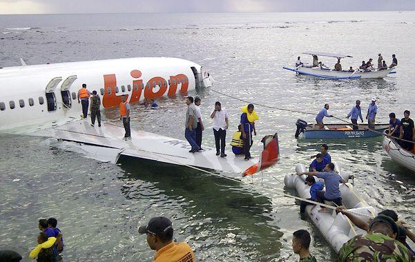 Rescate en la isla. El fuselaje del aparato se partió en dos y un tercio del mismo quedó sumergido.