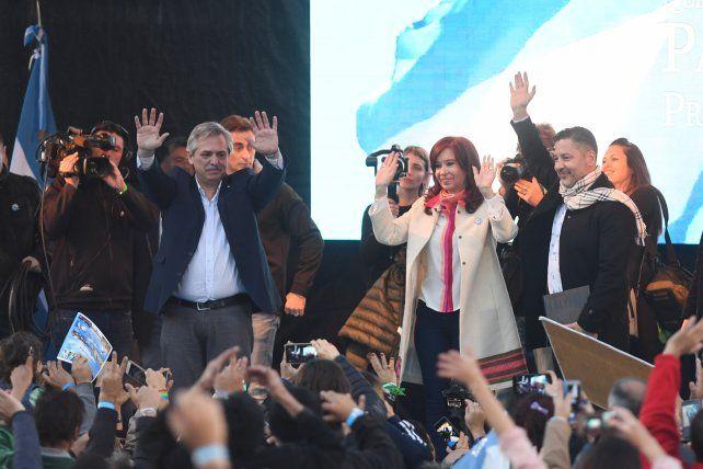 Con críticas al gobierno, la fórmula Fernández-Fernández salió a escena
