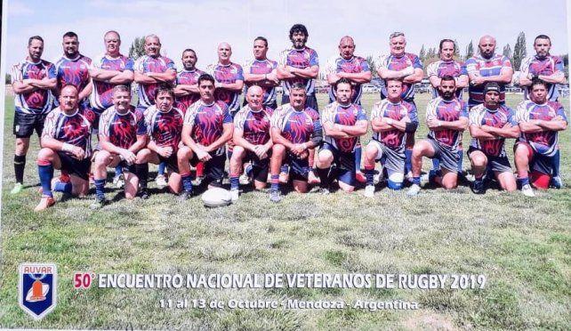 Listo para jugar un tres match. Los integrantes de la Agrupación Albatros en las instalaciones del Club Teqüe de Mendoza. El representante entrerriano cumplió su mejor performance en un certamen de la Auvar.