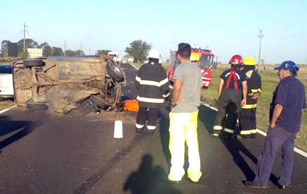 La tragedia. Los bomberos hallaron al matrimonio sin vida y asistieron a los heridos. La bebé falleció en el hospital. (gentileza LT29)