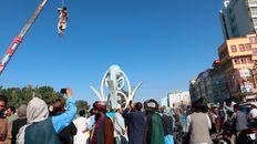 El cuerpo de un hombre muerto pende de una grúa en la principal plaza pública de Herat.