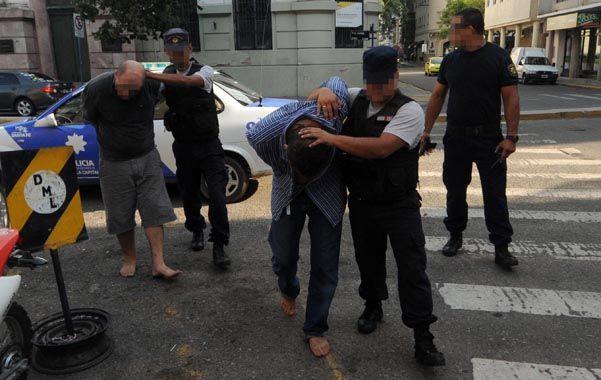 El golpe. Martín Romano (adelante) detenido el 1º de febrero pasado tras el asalto a una panadería en Santa Fe.