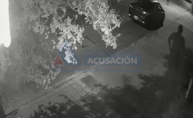 Imágenes captadas por cámaras mostraron a un gendarme persiguiendo y disparando contra un chico que había intentado robarle cosas del auto.