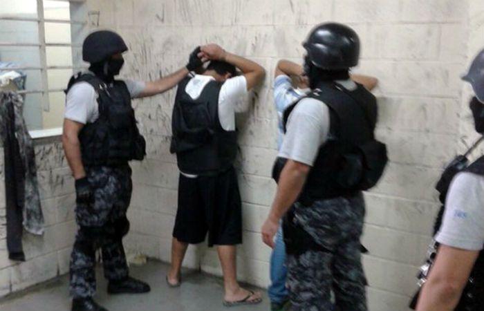 Guille Cantero y Ema Chamorro (tapado) en un cacheo previo al ingreso al pabellón de Ezeiza.