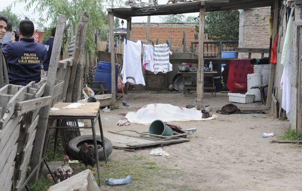 El cuerpo de Carriaga yace sin vida frente a una precaria casilla de barrio la Tablita