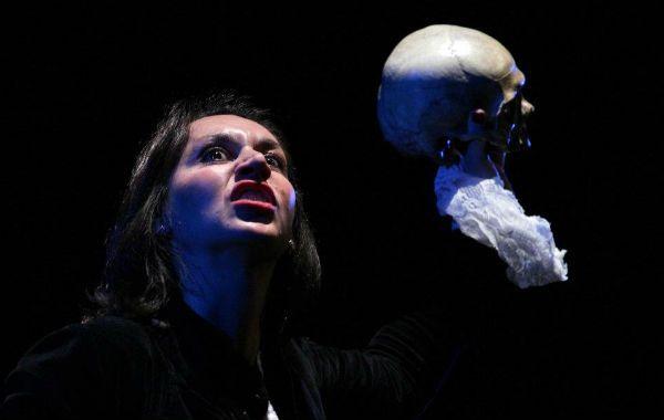 Analía Saccomano interpreta a Lucía que busca auxilio para su problema en el psicoanálisis.