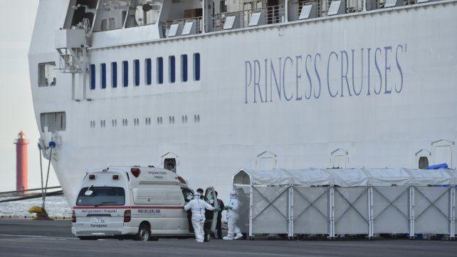 Varado. La embarcación se encuentra en la costa de Yokohama con los pasajeros en cuarentena.