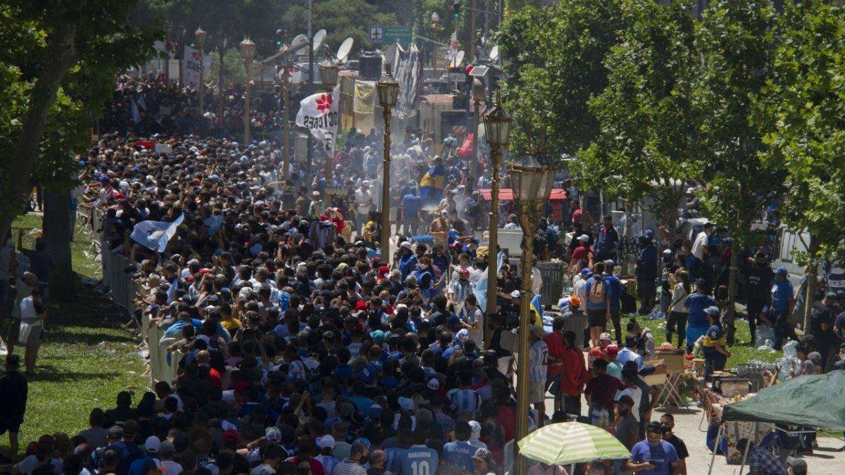 Una extensa marea humana intantaba ingresar a la Casa Rosada para despedir a Maradona.