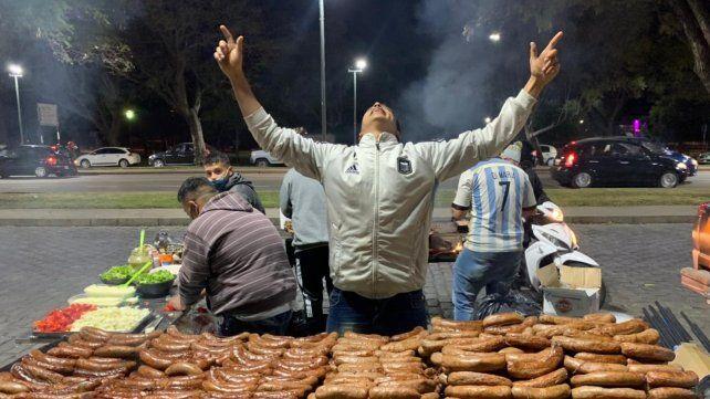 Amalaya al cielo. El vendedor de choripanes no puede ocultar su alegría tras la obtención de la Copa América. (Foto: Celina Mutti Lovera)
