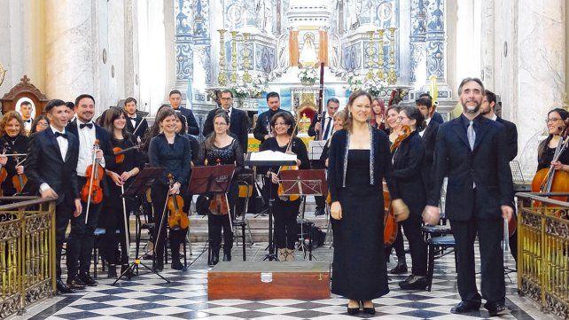 La orquesta dirigida por Pablo Andrés Rodríguez (derecha) está formada por 51 músicos de entre 15 y 50 años.