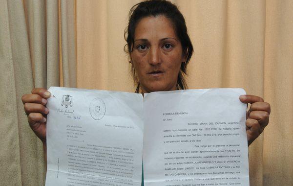 María del Carmen Silvero muestra la documentación que exige el alejamiento de su ex pareja. (foto: Sergio Toriggino)