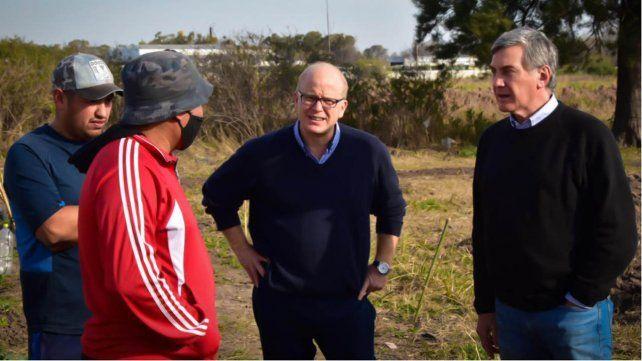Los precandidatos Luis Contigiani y Jorge Boasso en su visita al barrio qom de Granadero Baigorria.