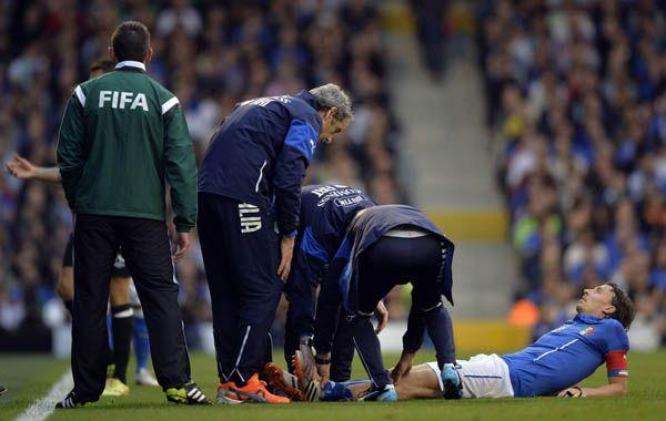 Montolivo es atendido en el terreno luego de chocar con el defensor de Irlanda Alex Pearce. (Foto: Reuters)