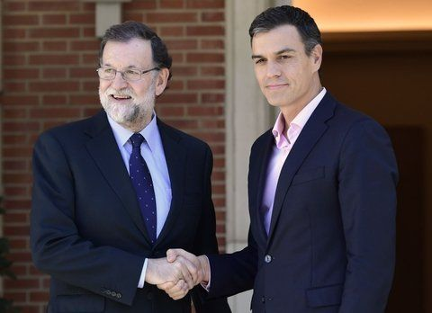 respaldo. Sánchez se reunió ayer con Rajoy y le dio todo su apoyo a aplicar la Constitución.