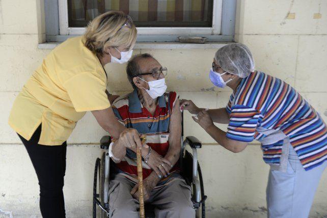 Adultos mayores. La semana pasada se vacunaron unas 17 mil personas entre residentes y personal de los 431 geriátricos habilitados en Santa Fe.