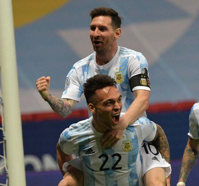 Leo y Lautaro celebran el primer gol del partido a los 6 minutos de juego. Foto Telam.