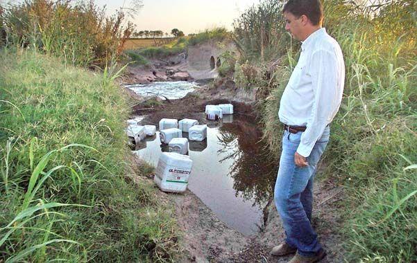 Peligro. El asesor de la Gobernación recorrió la zona y comprobó la gran cantidad de bidones arrojados al curso del canal.
