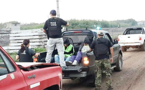 Los efectivos de la TOE en el momento que traslada a los dos detenidos.