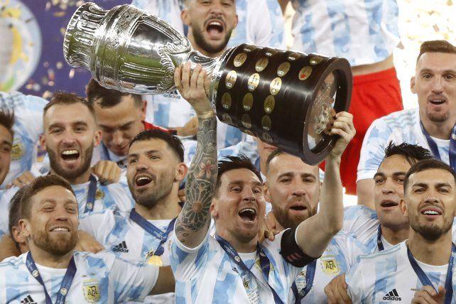 Los jugadores de Argentina celebran con el trofeo tras vencer 1-0 a Brasil en la final de la Copa América en el estadio Maracaná de Río de Janeiro, Brasil, el sábado 10 de julio de 2021 AP Photo / Andre Penner.