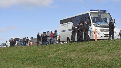 El minibús se detuvo en el kilómetro 3 de la autopista por el humo de un porro prendido por los presos.