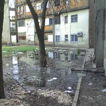 Invasión de espacios públicos y olores nauseabundos en el Fonavi de Segui al 5600