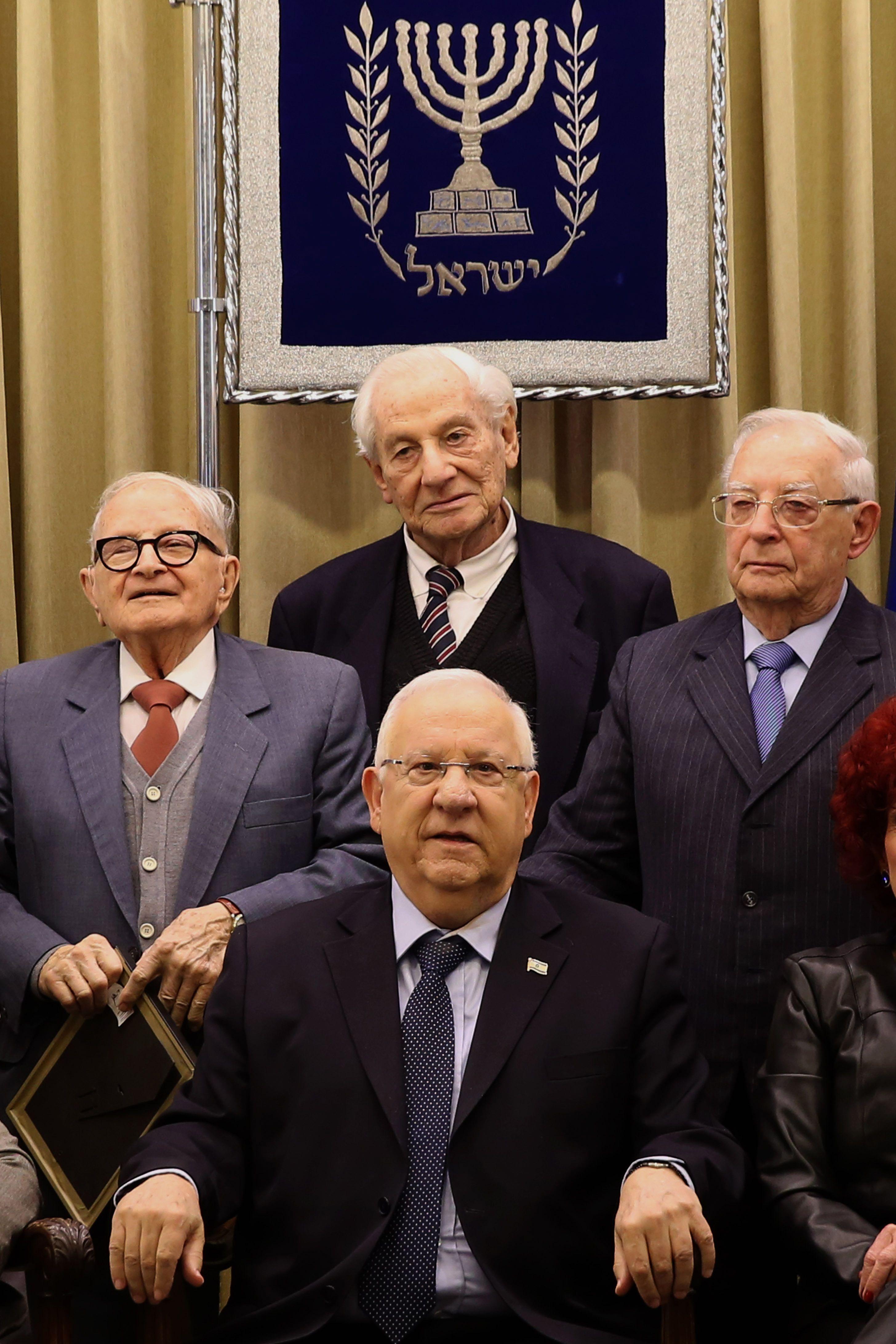 Recuerdo. El presidente Reuven Rivlin (centro) presentó la carta. (NA)