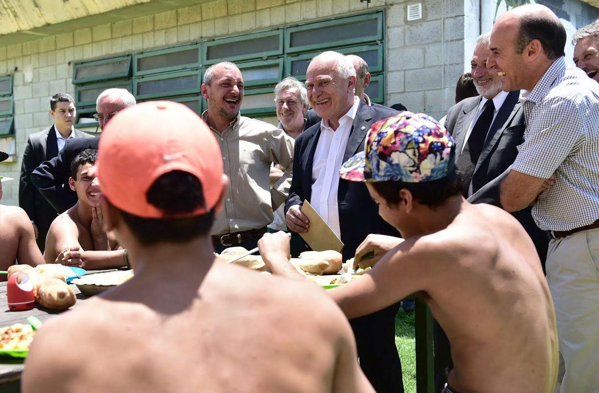 El gobernador Miguel Lifschitz recorrió las instalaciones del Irar y charló con los jóvenes alojados en el lugar.