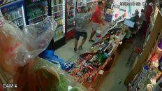 Video: le gatillaron dos veces en un violento robo a un minimarket de Sarmiento al 3100