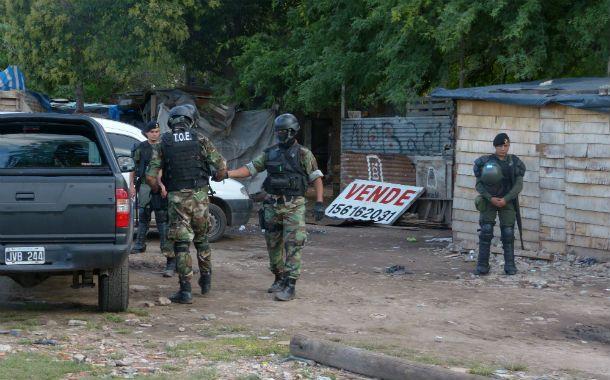 Gendarmería en medio de uno de los 89 allanamientos realizados el miércoles tras el arribo. (Foto: A. Amaya)