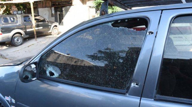 Sin miramientos. Un vehículo estacionado en la cuadra fue alcanzado por al menos una decena de proyectiles.