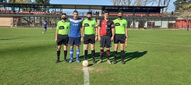 La foto del recuerdo. El árbitro Cristian Rotella secundado por sus colaboradores y los capitanes de General Paz y  Newell