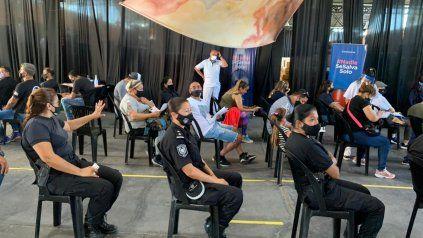 La primera tanda de policías de calle recibió su dosis en el Galpón 17