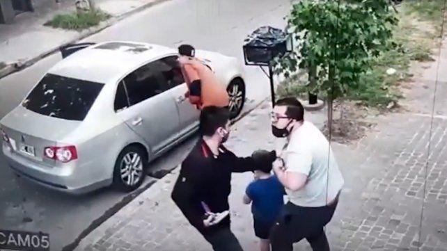 Tres delincuentes armados robaron el auto en el que viajaban un hombre y su hijo